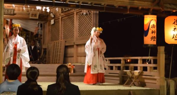 宵宮より浦安の舞の奉納/瀧尾神社秋祭り